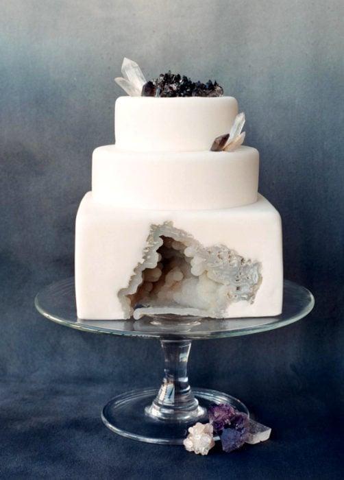 Pastel de boda blanco de tres pisos de cuarzo