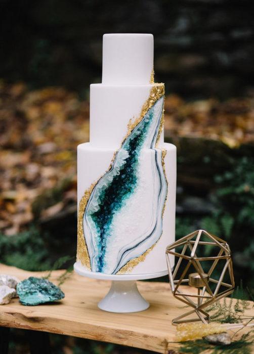 Pastel de boda blanco, de tres pisos de cuarzo azul