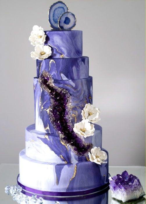Pastel de boda de varios pisos, blanco con morado de cuarzo
