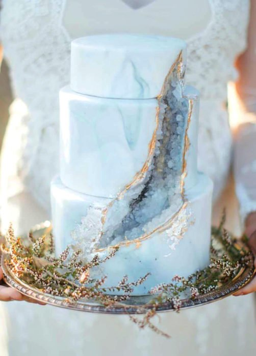 Pastel de boda azul de mármol con cuarzo de tres pisos