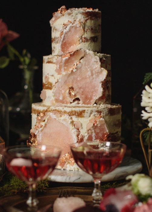 Pastel de boda rosa de cuarzo y mármol, de tres pisos