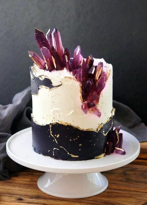 Pastel de boda blanco con negro con cuarzos morados
