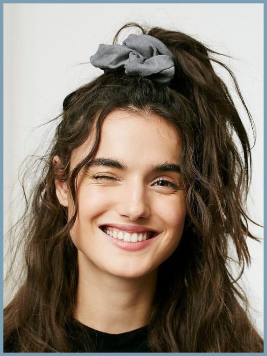 Chica con un peinado sujetado con scrunchies