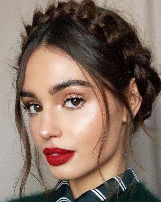 Peinados para San Valentín; mujer con maquillaje natural, con corona de trenzas despeinada