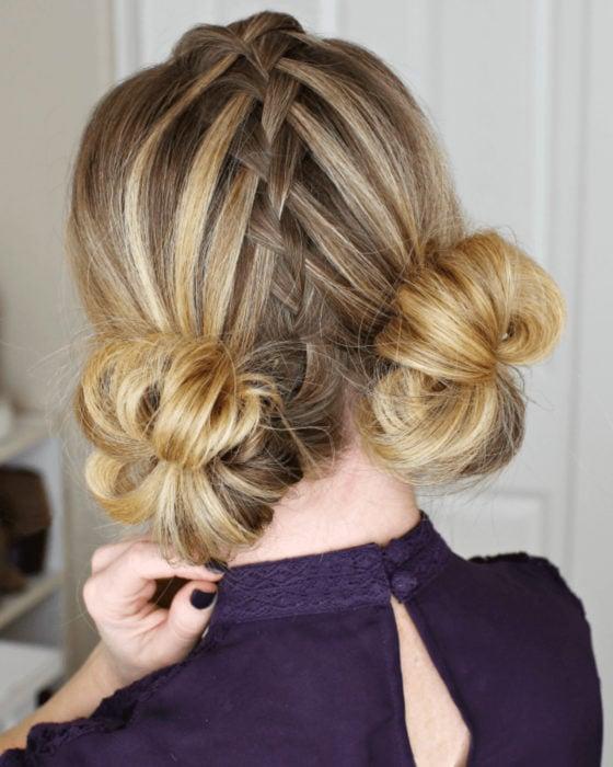 Peinados para San Valentín; cabello rubio con mechas, con trenzas y dos buns bajos