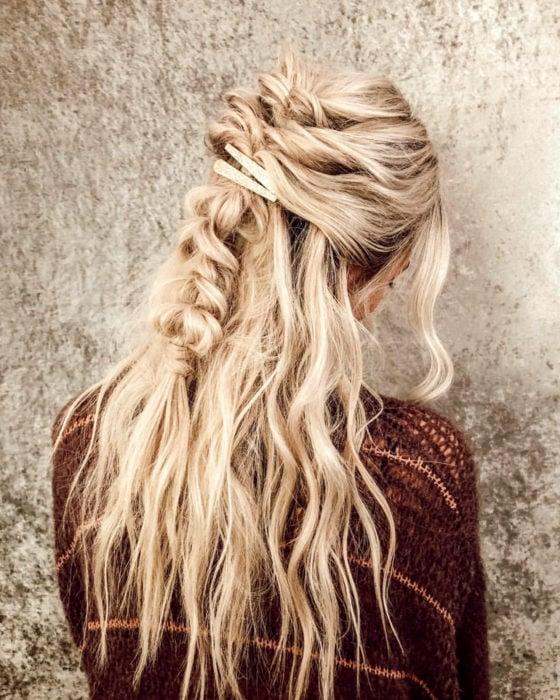 Peinados para San Valentín; cabello rubio, ondulado, con media cola y trenza despeinada