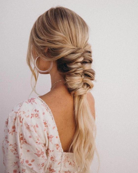 Peinados para San Valentín; cabello rubio con trenza ancha de espiga