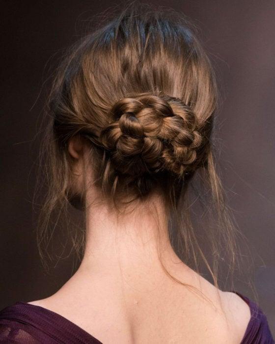 Peinados para San Valentín; cabello castaño chocolate con chongo bajo, trenzado y elegante