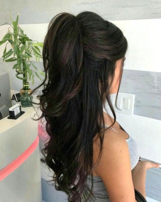 Peinados para San Valentín; cabello negro, largo y ondulado, con media cola alta