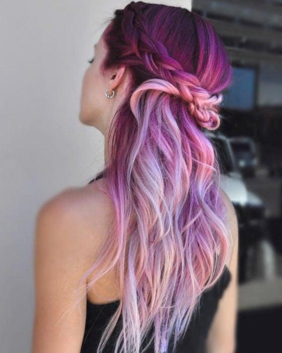 Peinados para San Valentín; cabello color morado y lila, largo, ondulado, media cola con trenzas
