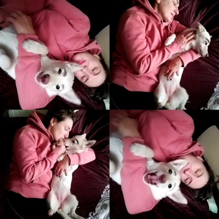 Betty, la perra con cejas; cachorra blanca con su dueña