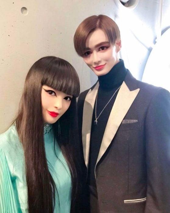 Pareja de novios asiáticos que parecen maniquíes