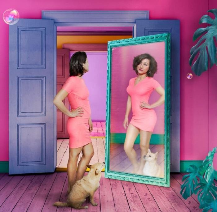 Mujer mirándose al espejo que padece pibonexia, publicidad de standup de Susi Caramelo