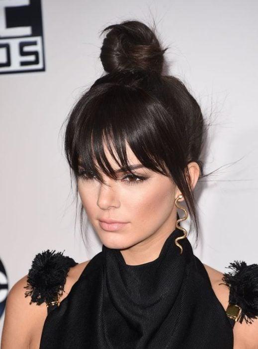 Kendall Jenner mostrando su peinado de chongo con flequillo despeinado