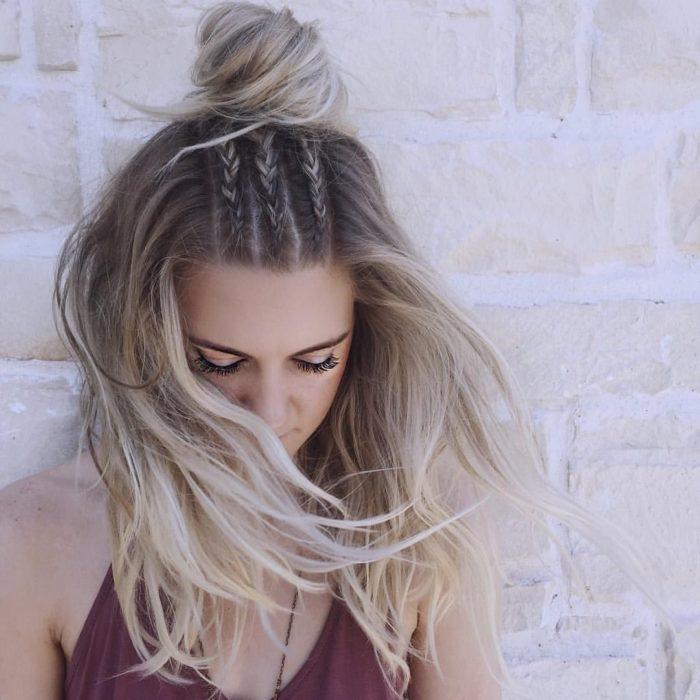 Menina penteada com tranças na frente e presa em um chongo