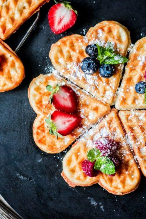Waffles con chocolate cubiertos de fruta y azúcar glas