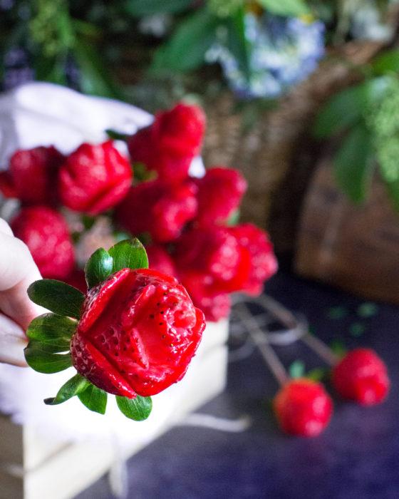 Fresas cortadas como rosas para crear ramo