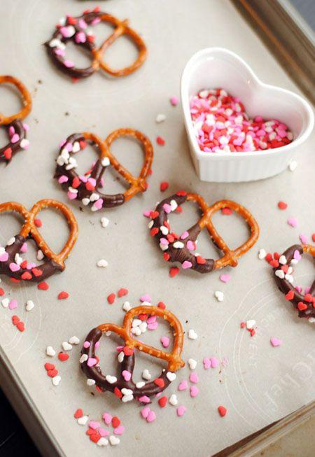 Bretzels cubiertos de chocolate y confituras de corazón