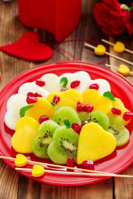 Kiwi, piña y jicama cortadas en forma de corazón
