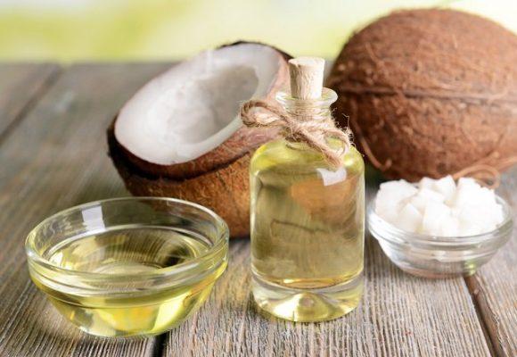 Frasco con aceite de coco para cabello
