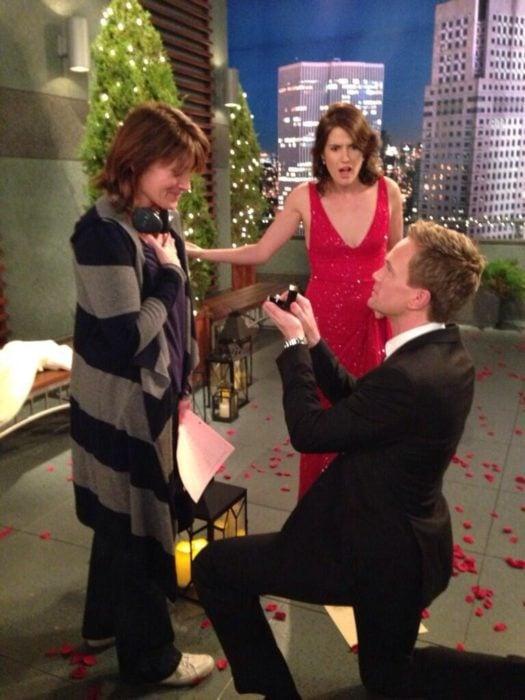 Barney Stinson le propone matrimonio a la directora en set de grabación de HIMYMen lugar de a Robin