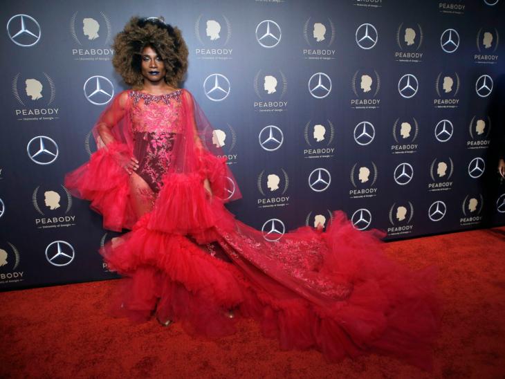 Billy Porter look ensamble transparente fucsia rosa en los Peabody Awards 2019