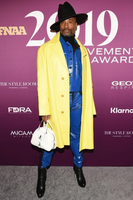 Billy Porter look azul y gabardina amarilla en Premiere de 'Like a boss'