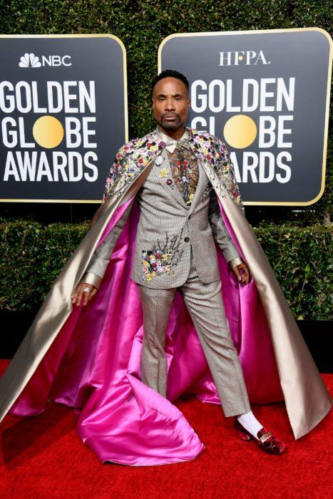 Billy Porter look traje beige con capa rosa y pedrería Golden Globes 2019