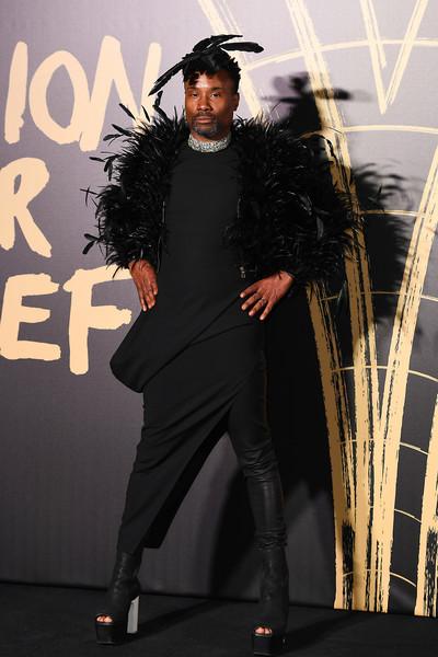Billy Porter look en negro con plumas y zapatos plataforma Fashion For Relief London 2019