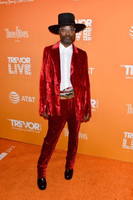 Billy Porter traje dos piezas terciopelo rojo The Trevor Project's 2018