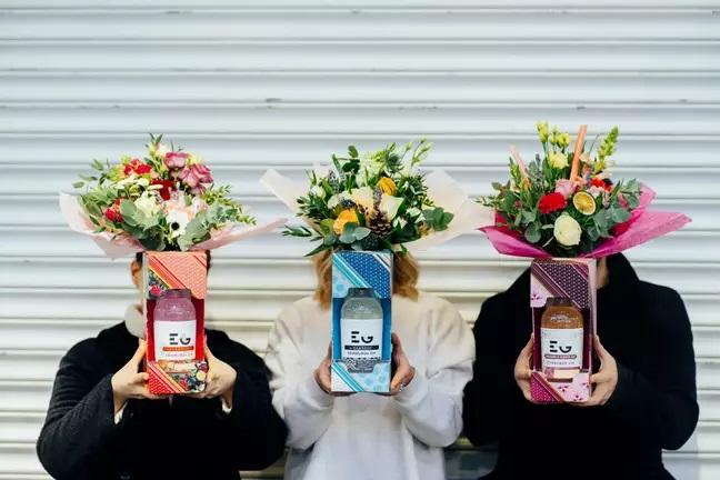 Chicas sosteniendo ramos hechos con botellas de Gin Tonic