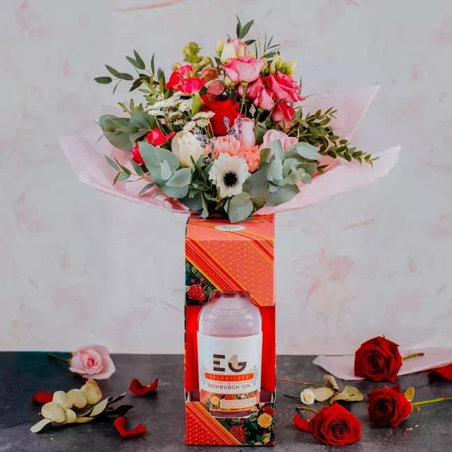 Ramos de Gin Tonic en tono naranja con ramo de flores al interior