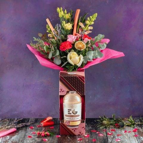Ramos de rosas en una botella de Gin Tonic fucsia con violeta