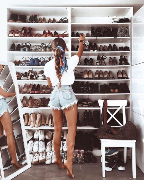 Chia revisando un armario con zapatos