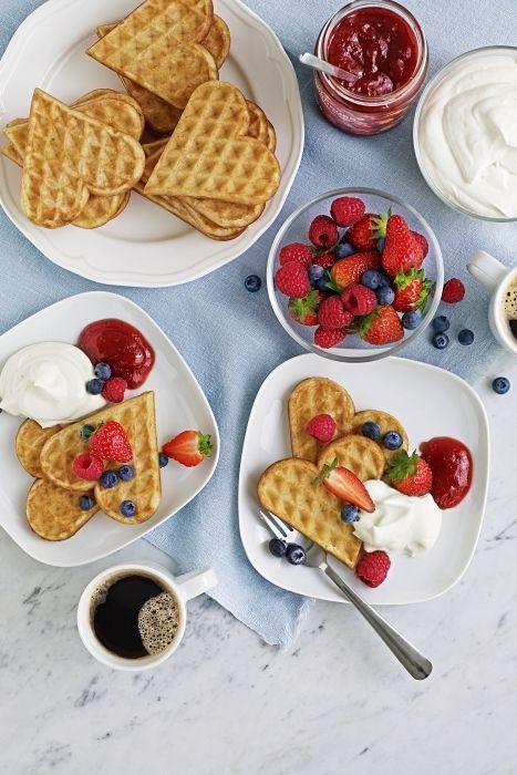 Desayuno de waffles en forma de corazón con café negro
