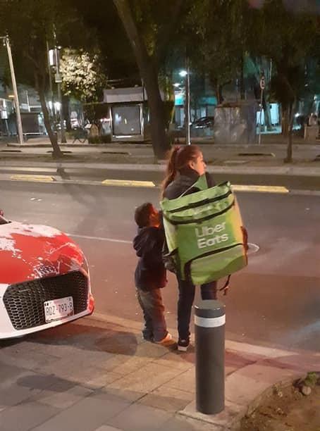 Nancy Os, repartidora de Uber lleva a su sobrino de la mano