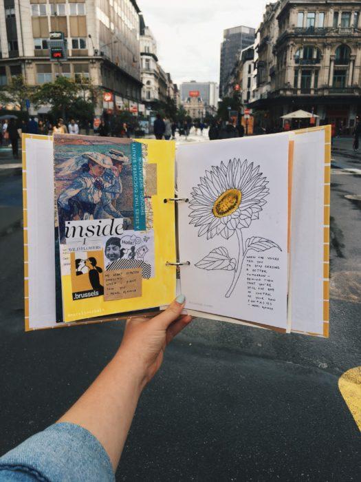 Mujer tomando su diario y caminando por las calles de su ciudad