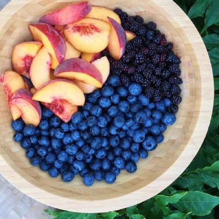 Bowl de fruta dulce: Duraznos, arándanos frescos y moras