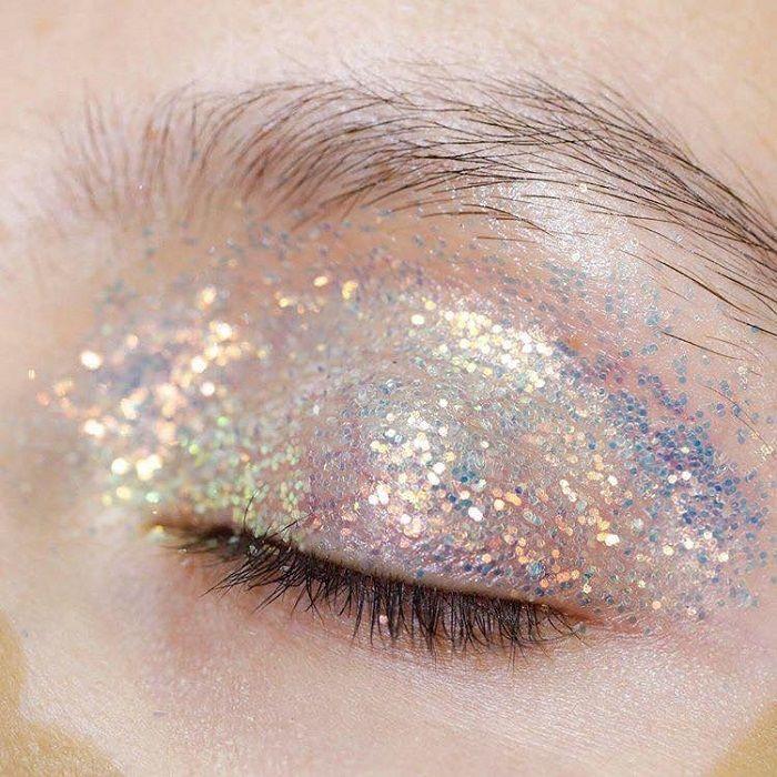 Maquillaje tornasol con glitter