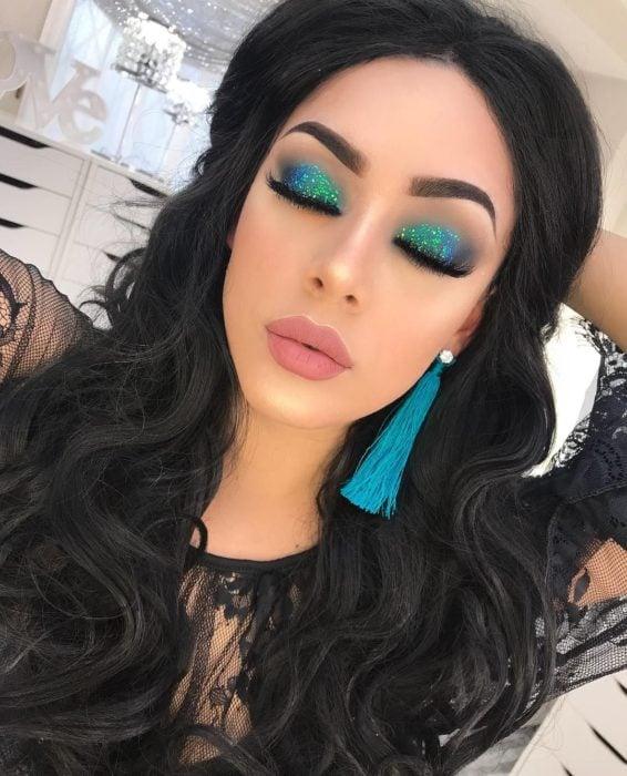 Maquillaje con sombras verde y azul con sombra metalizada