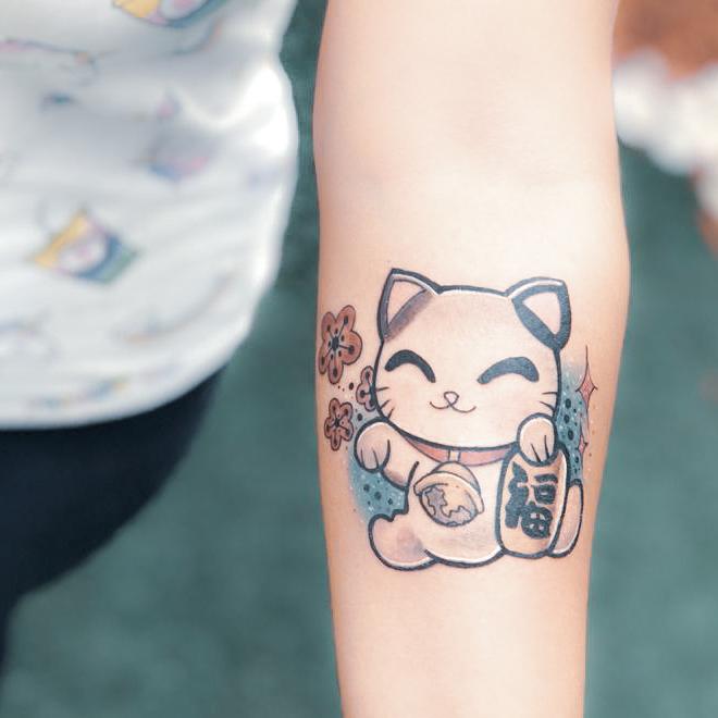 Tatuaje de gatito tipo anime a colores