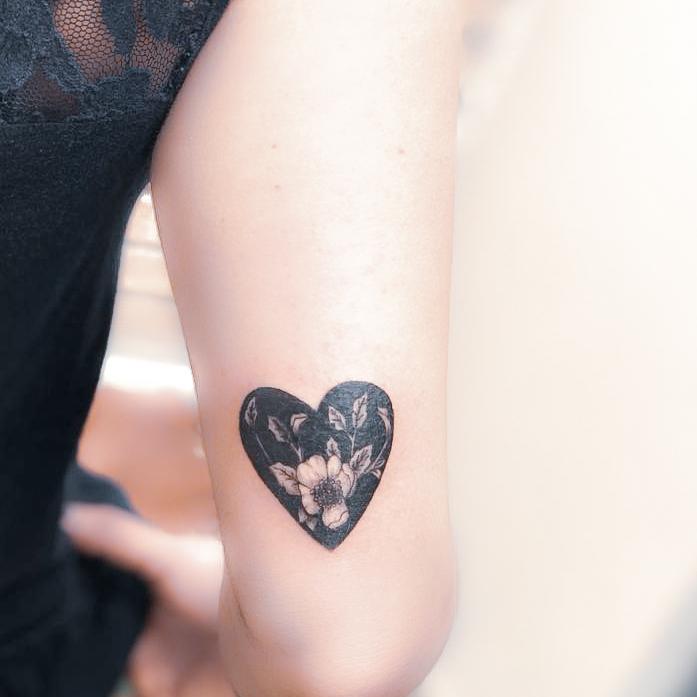 Tatuaje blackwork flores