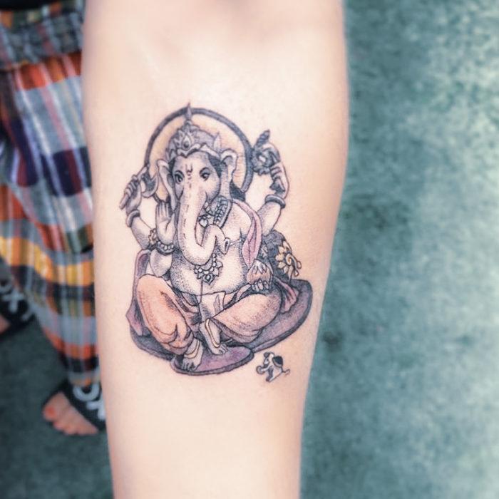 Tatuaje figura de Ganesh en tonos pastel