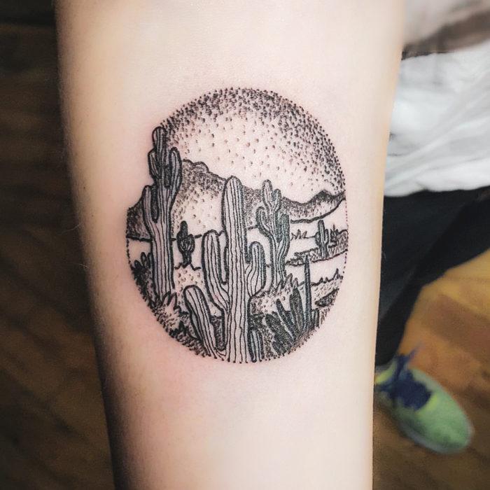 tatuaje silueta de paisaje desértico negro en puntillismo