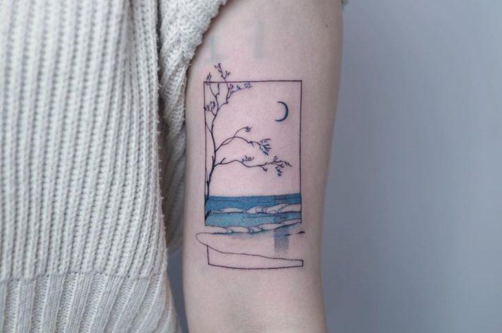 Tatuaje paisaje de ventana en negro y azul