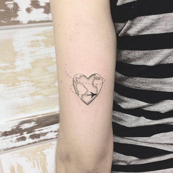 Chica con tatuaje en forma de corazón y un mapa al centro
