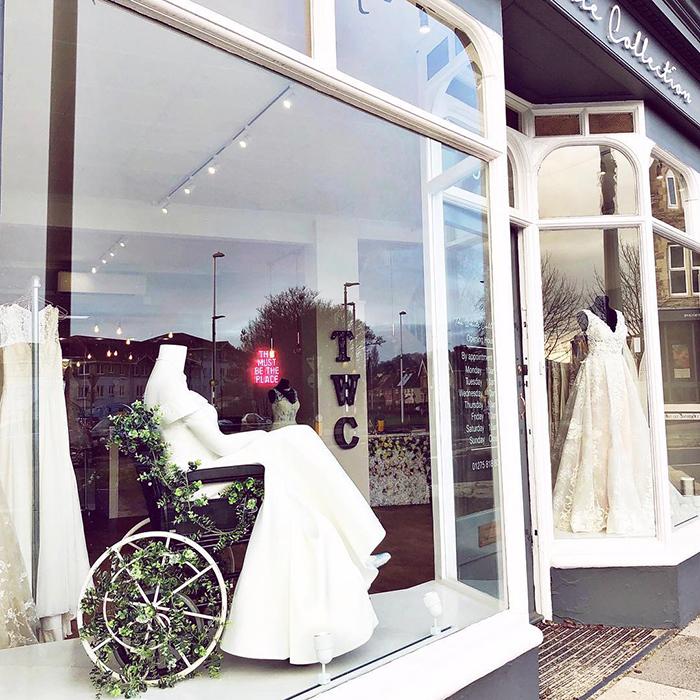 Maniquí de una tienda de novias en silla de ruedas