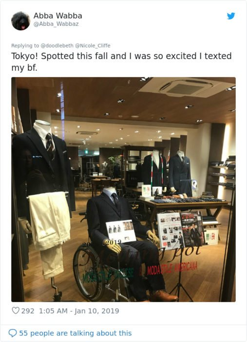 tienda en tokio que exhibe maniquíes en sillas de ruedas