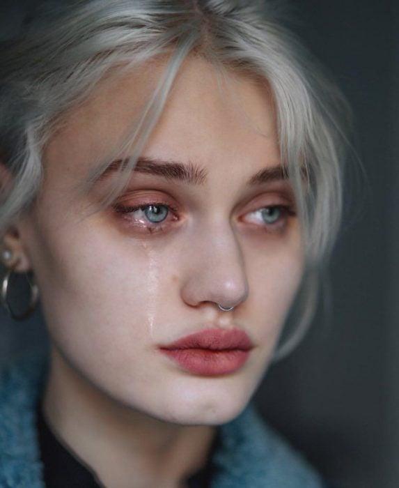 Mujer llorando y triste