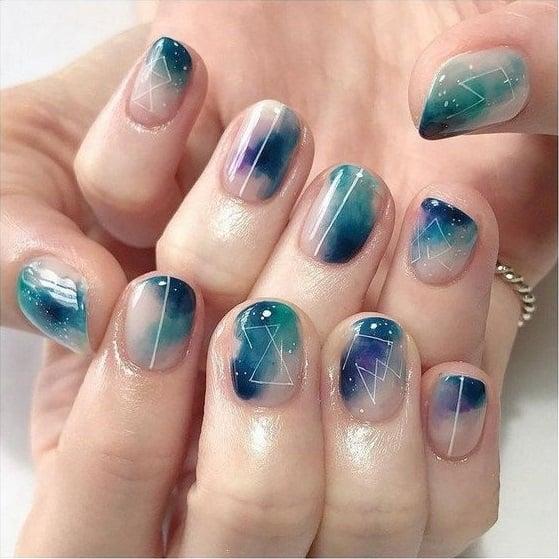 Uñas en azul y verde aguamarina con efecto cristal